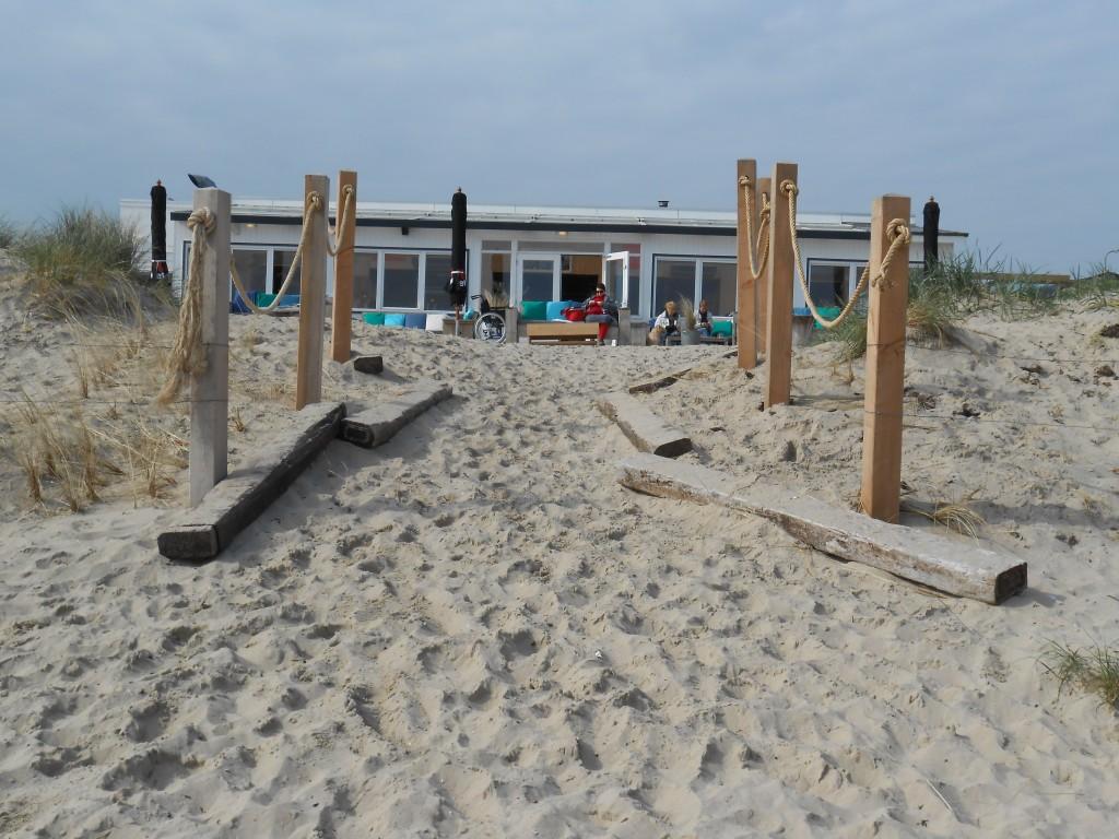 064 - Rene op het strand en ik aan de haak