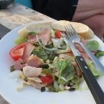 117 - En ik ging voor de maaltijdsalade met kip, bacon, ei en kerrymayonise