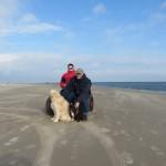 49 - samen op de foto op een bijna leeg strand